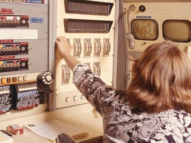Un homme avec une coiffure année 70 dans une salle de machine