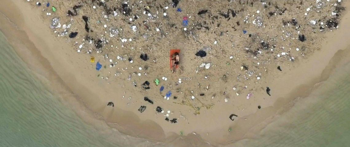 Une plage polluée de déchets plastique