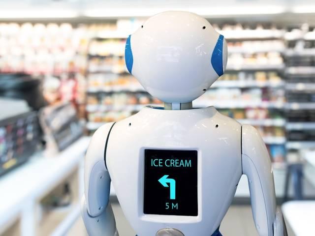Un robot assistant dans une allée de supermarché.