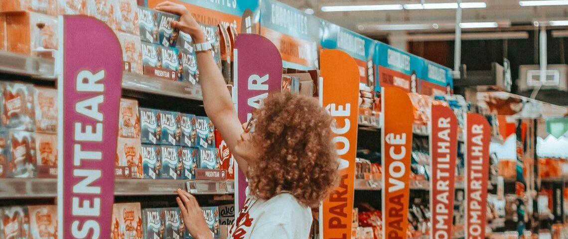 Une femme rousse qui fait ses courses dans un supermarché
