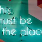 """un panneau lumineux où l'on peut lire """"this must be the place"""""""