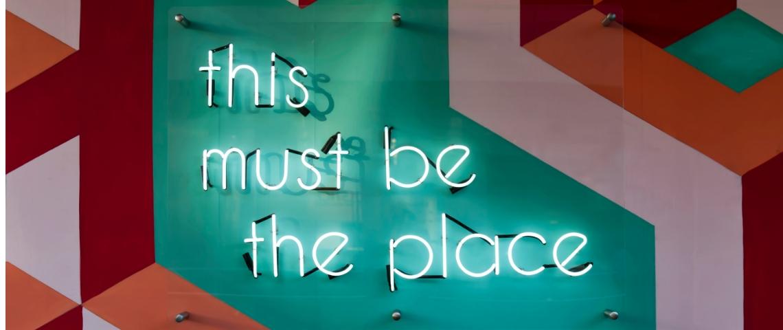 un panneau lumineux où l'on peut lire  - this must be the place -