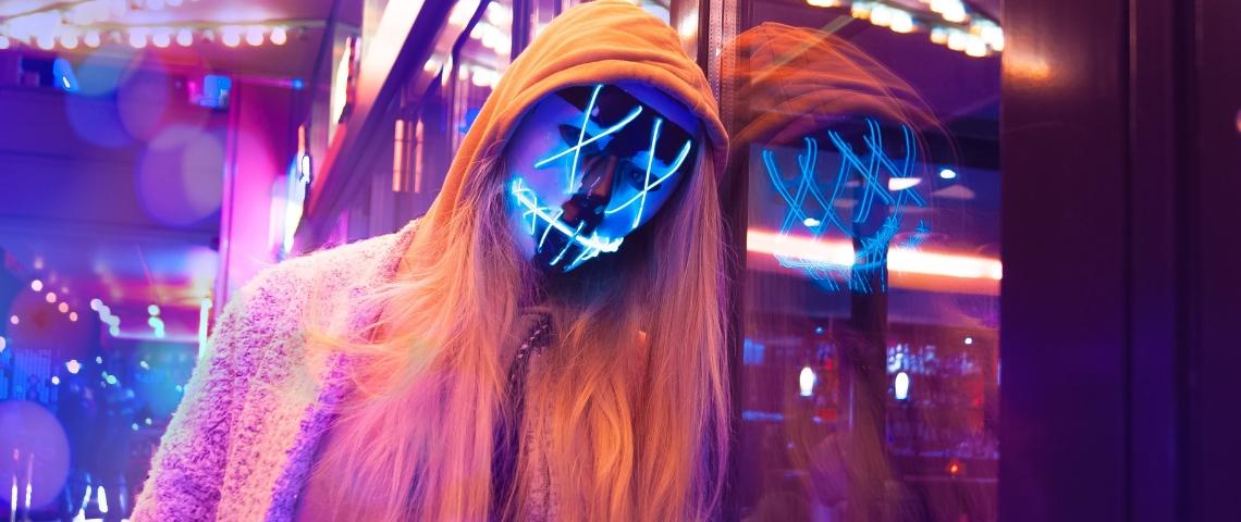 une jeune fille avec un masque lumineux