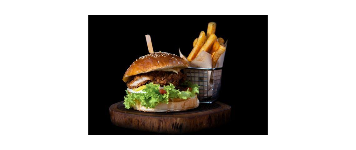 Photo d'un hamburger avec une portion de frites