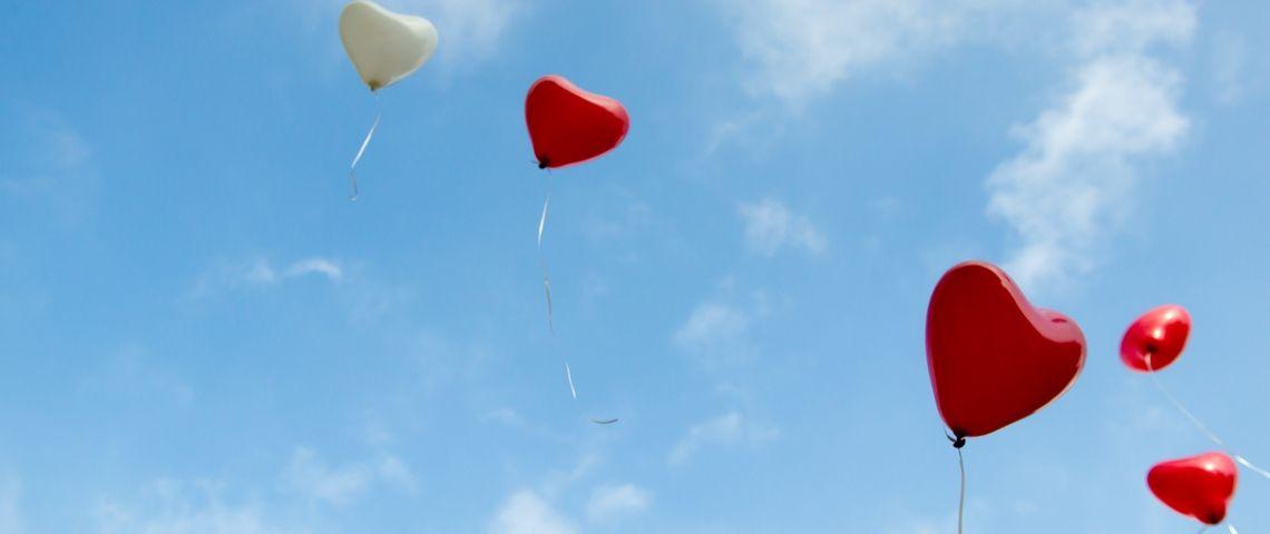 Ballons coeur qui s'envolent