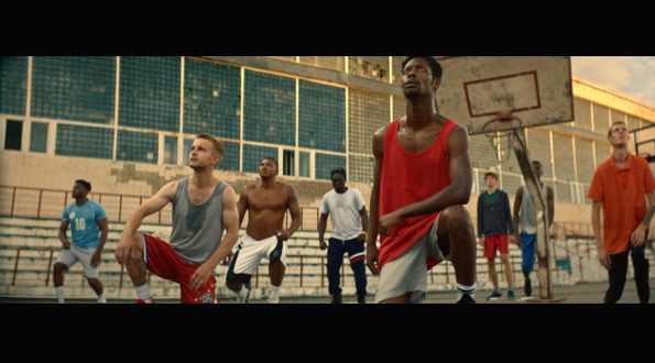 Photo d hommes jouant au basket