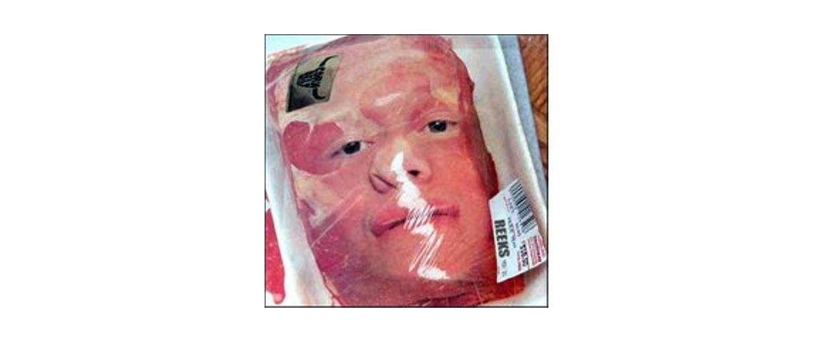Visuel d'une tête humaine emballée dans une barquette sous vide de supermarché