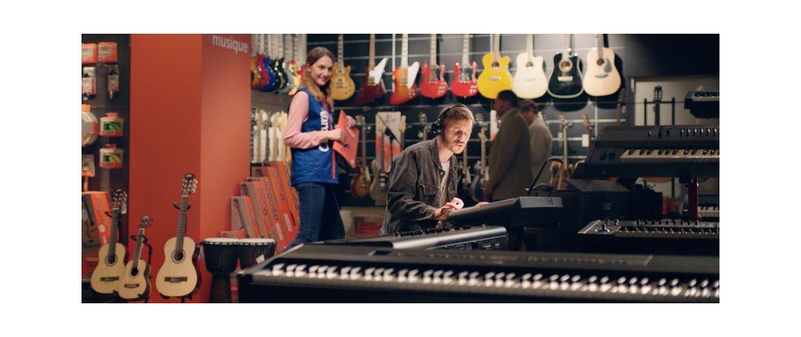 Visuel d'un homme jouant de la musique dans un magasin cultura