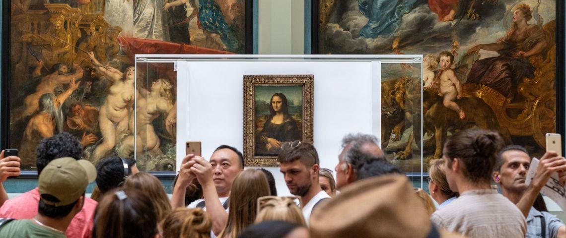 Tableade la Joconde avec des visiteurs qui prennent des photos
