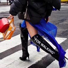 Gros plan sur les bottes d'un mannequin qui traverse la route