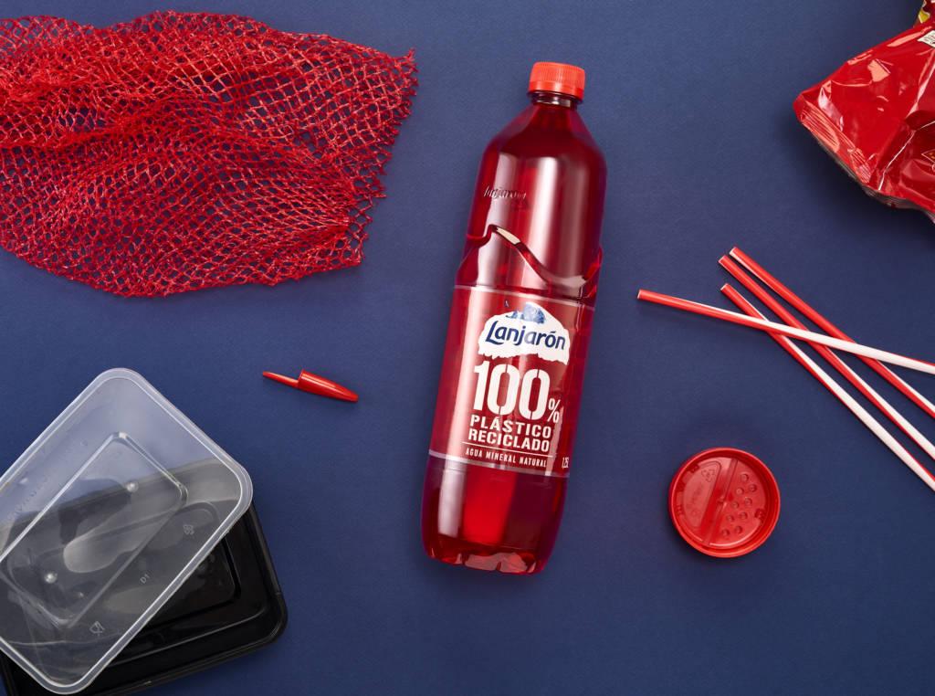 Design d'une bouteille en plastique rouge