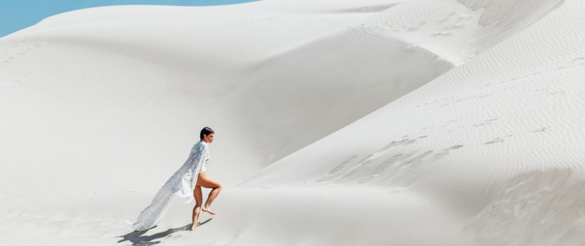 Une femme marchant dans les dunes