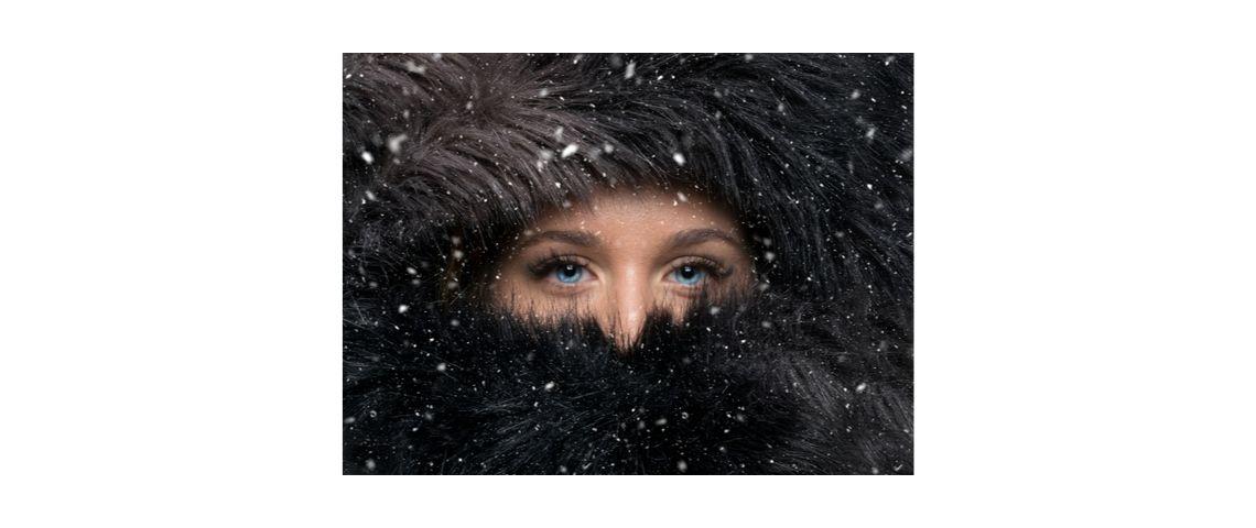 Visuel d'une femme aux yeux bleus avec une fourrure noire