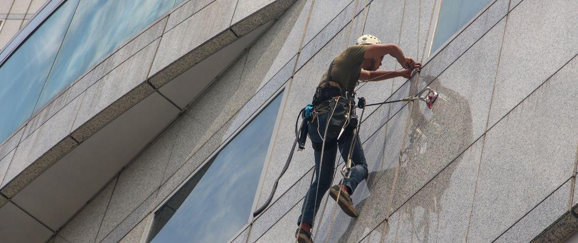 visuel d'un laveur de vitre en hauteur