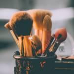 Visuel de pinceux de maquillage dans un pot