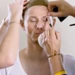 Visuel de la séance de maquillage pourtransformer l'homme en femme pour la campagne ni putes ni soumises