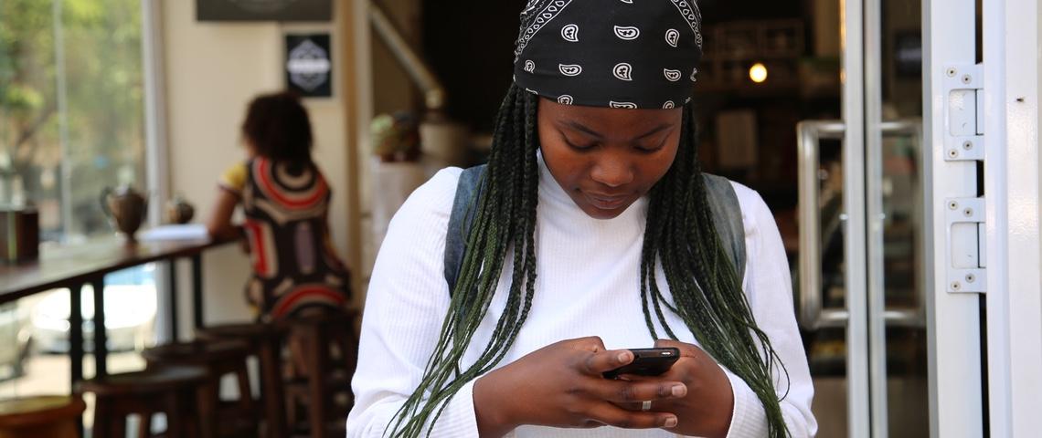 Jeune fille tape un message un message sur son téléphone.