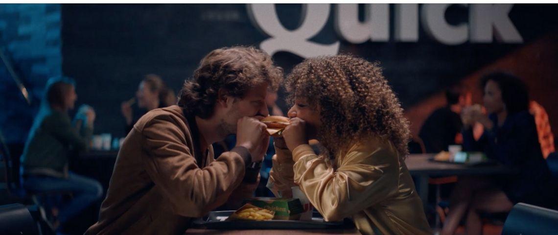 Visuel de deux personnes e ntrain de croquer dans le même hamburger