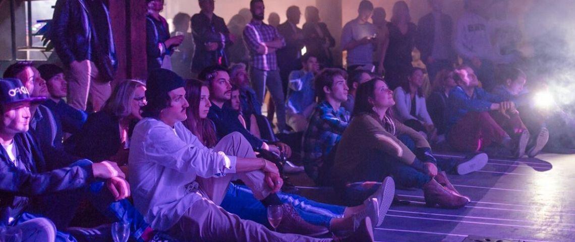 Personne assise au sol en train de regarder un film