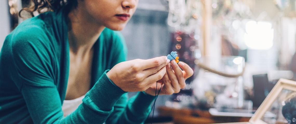 Femme en train de fabriquer un bijou