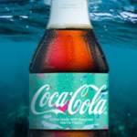 Photo d'une bouteille de coco cola dans l'eau de mer