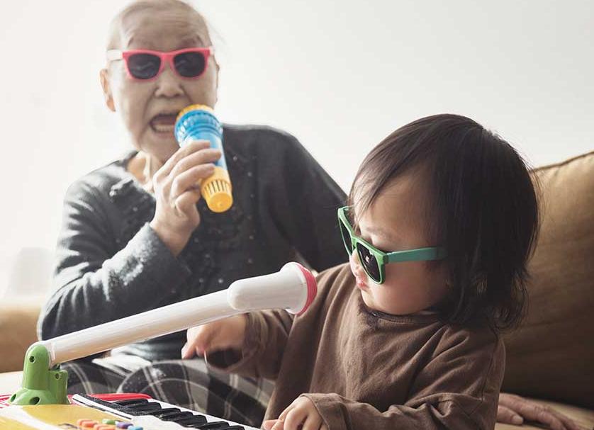 Grand-mère chantant avec sa petite fille