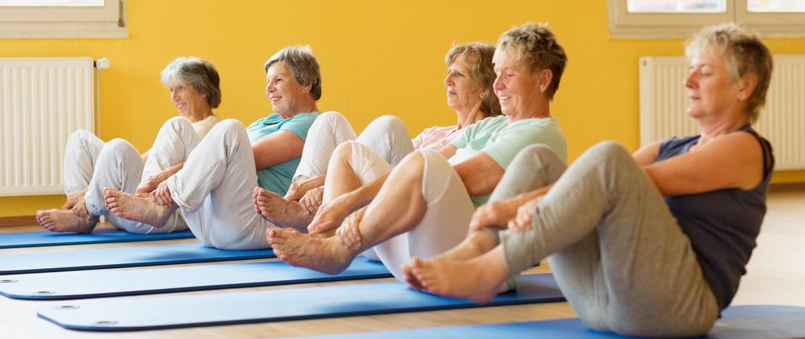 Femmes âgées à un cours de Yoga