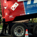 camion dominos pizza reconstruisant la route