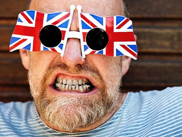 Un homme en train de faire une grimace et portant des lunettes avec l'Union Jack