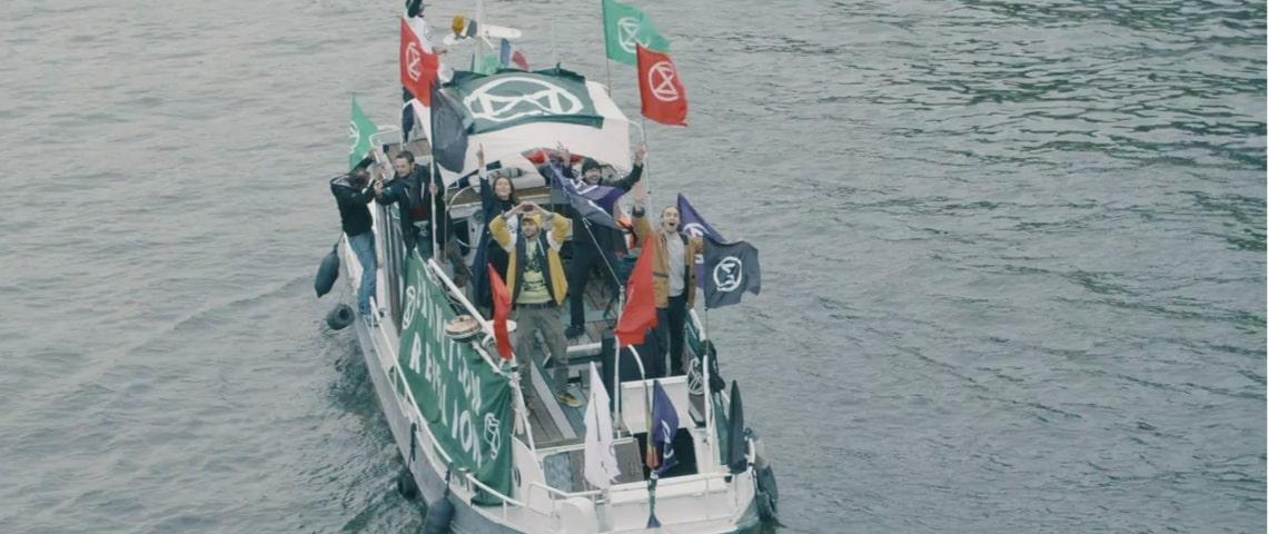 Des militants d'Extinction Rebellion sur un bateau