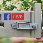 une vieille caméra avec un stickers Facebook live dessus