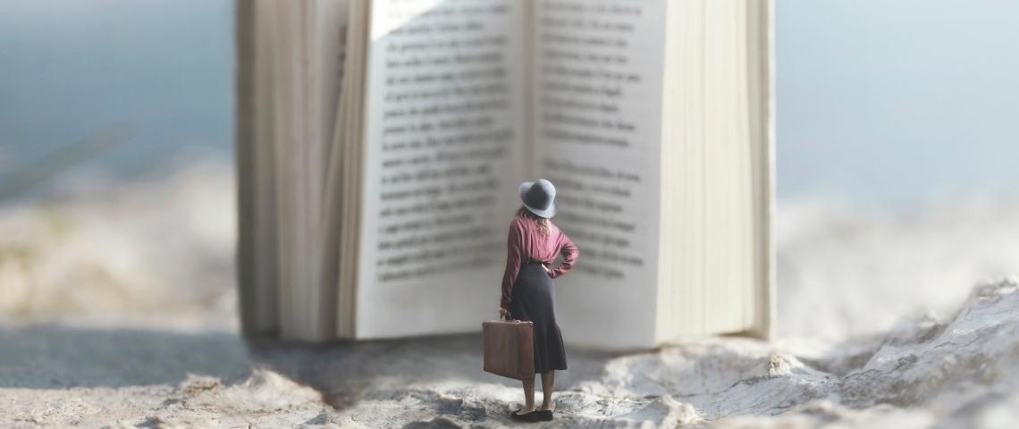 une femme devant un livre géant