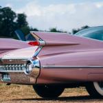 une voiture rose vintage