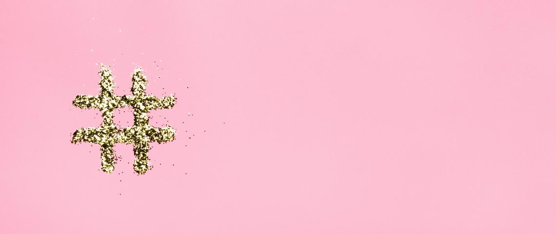 un hashtag en paillettes dorées