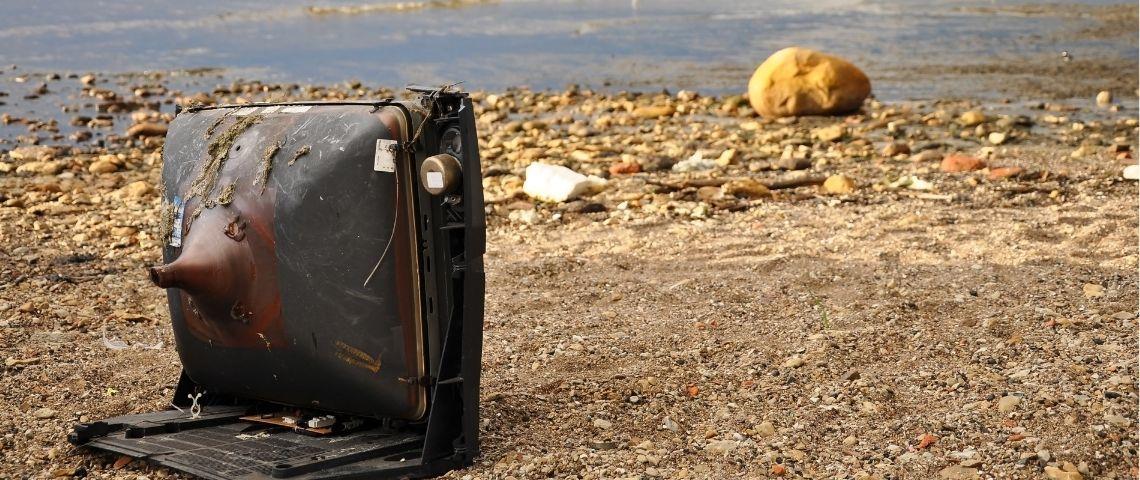 Une télévision laissée à l'abandon sur une plage de la mer Baltique