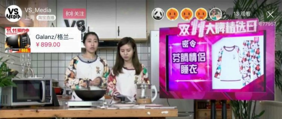deux femmes chinoise qui font un live stream pour une émission de cuisine