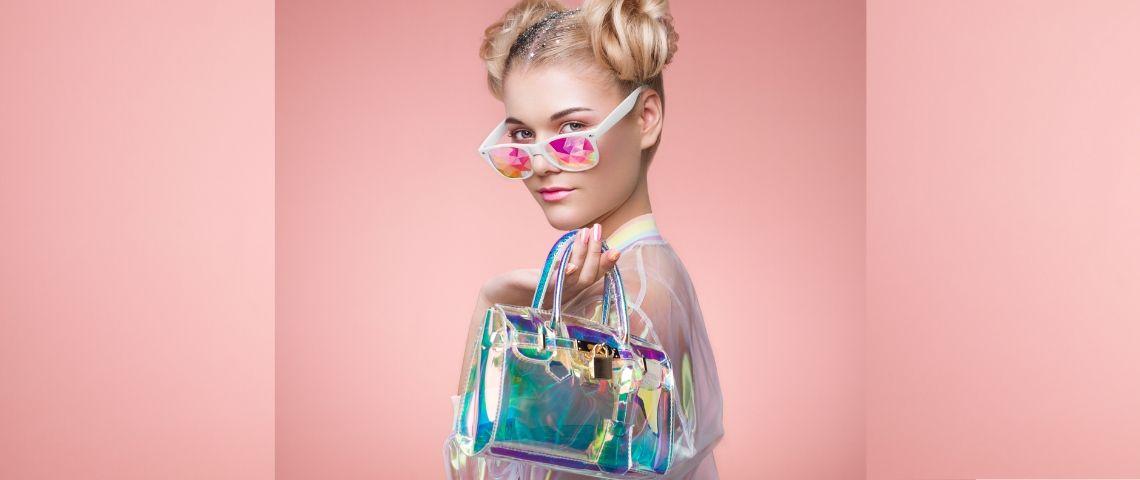 Une femme blonde avec des lunettes de soleil et un sac à main