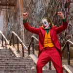 le joker en train de danser sur les escaliers