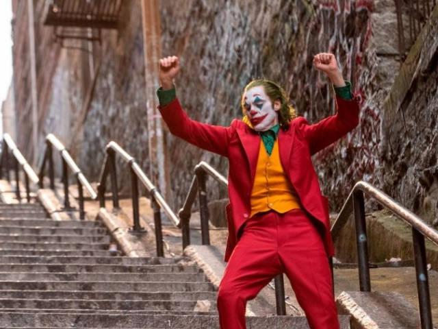 le joker en train de danser sur les escaliers