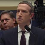 le CEO de Facebook qui regarde au loin derrière un micro