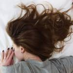 Une femme qui dort sur le ventre