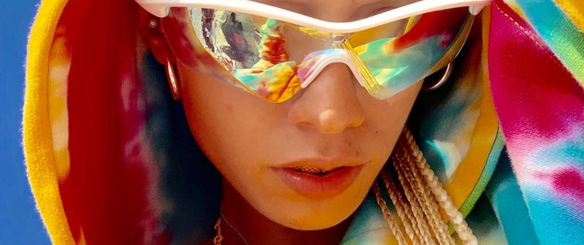photo d'une femme à capuche et lunettes