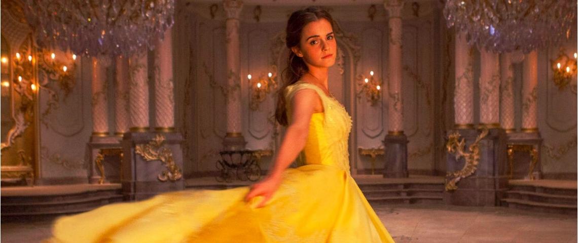 Une princesse disney en robe jaune regarde la caméra