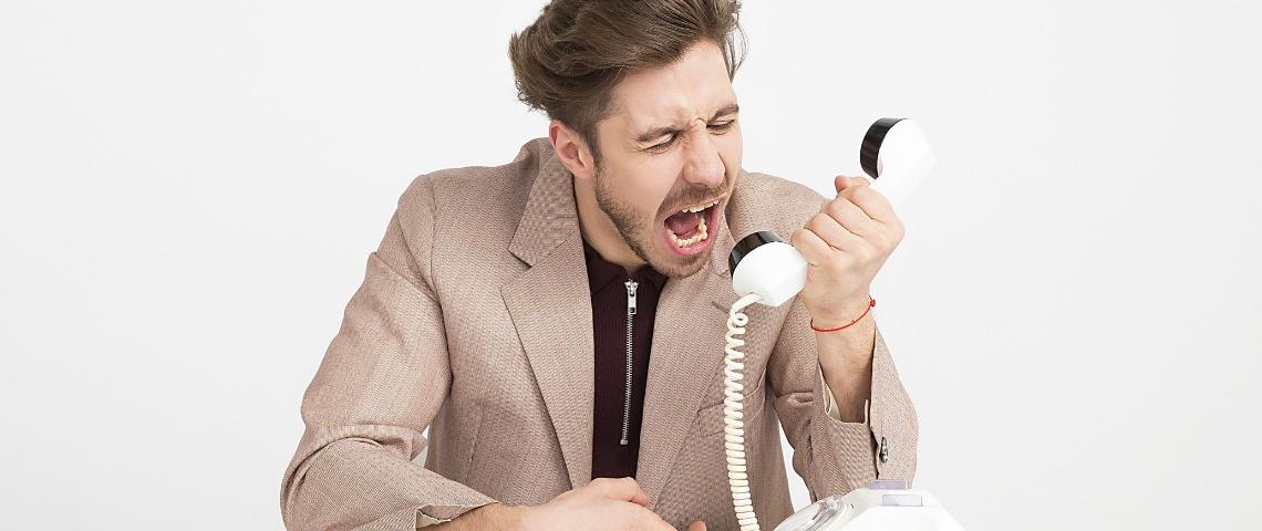 Un homme en train de crier au téléphone