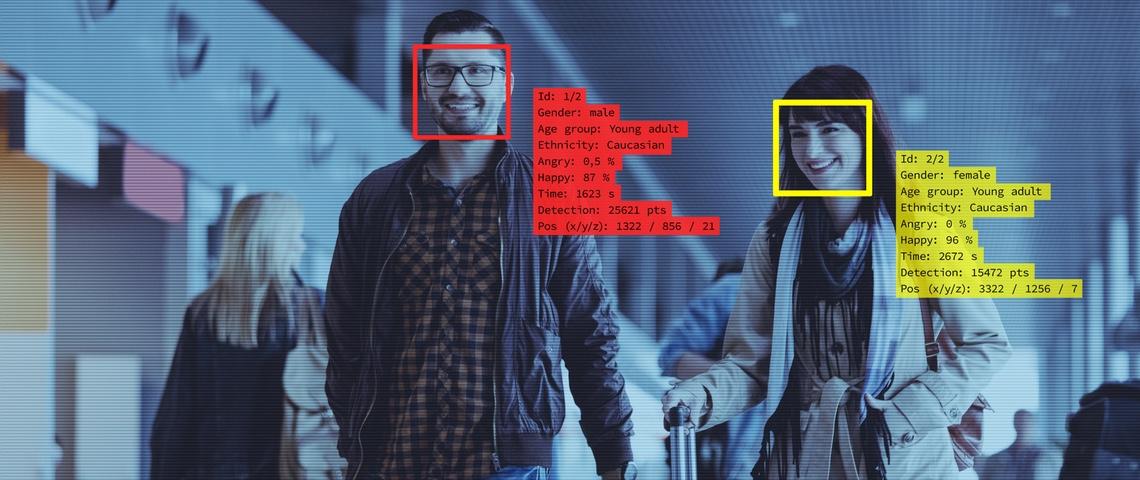Couple analysé par un système de reconnaissance faciale à l'aéroport