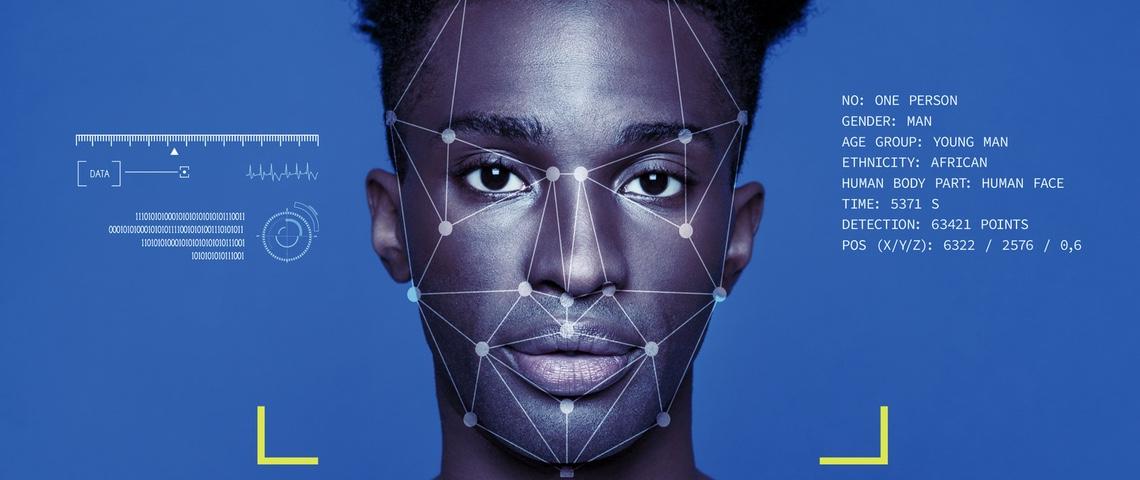 Visage d'un homme analysé par un algorithme de reconnaissance faciale