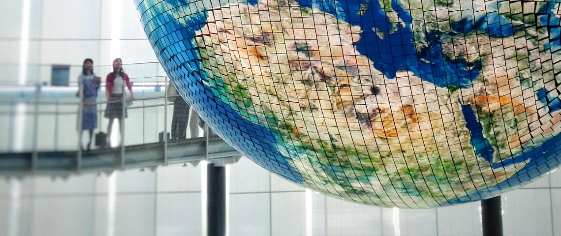 une sculpture en forme de Terre