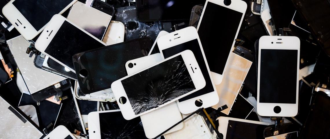 Pile de smartphones cassés