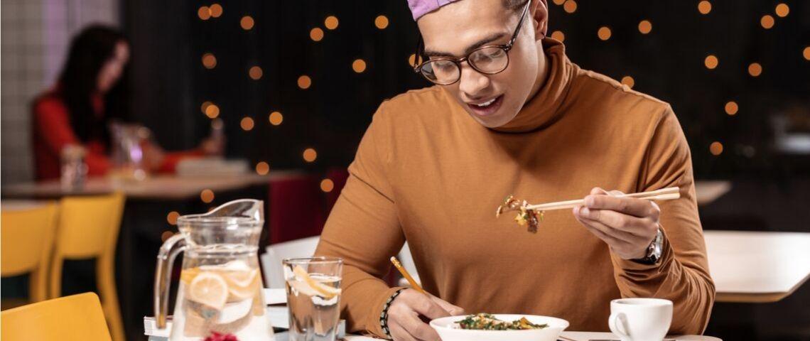 Un homme qui dînent seul au restaurant