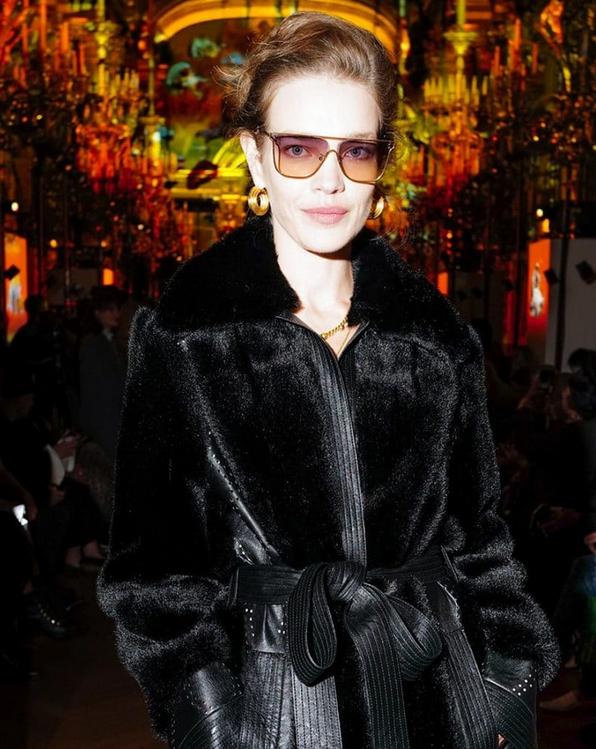 Photo d'une femme portant un manteau de fourrure végétale noir